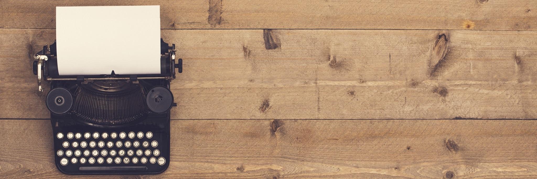 Machine à écrire sur une table en bois