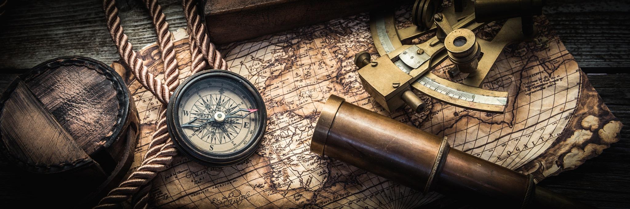 Nature morte vintage: compas, sextant et longue-vue.
